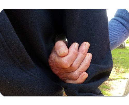 Twee mensen die hun armen in elkaar gehaakt hebben en aan het wandelen zijn. Thuiszorg in Katwijk, Rijnsburg en Valkenburg - Herberg Thuis
